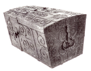 17th-century traveler's chest. The lock is located on the short end of the chest. Figure: Troels-Lund, Dagligt liv i Norden, 1945.