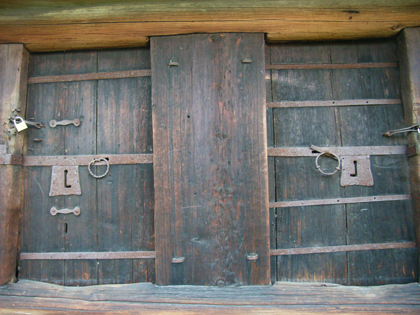 Pull locks on the doors of the Kråkberg storage building at Hembyn in artist Anders Zorn's collection of buildings in Mora. Note the difference between the pull rings.